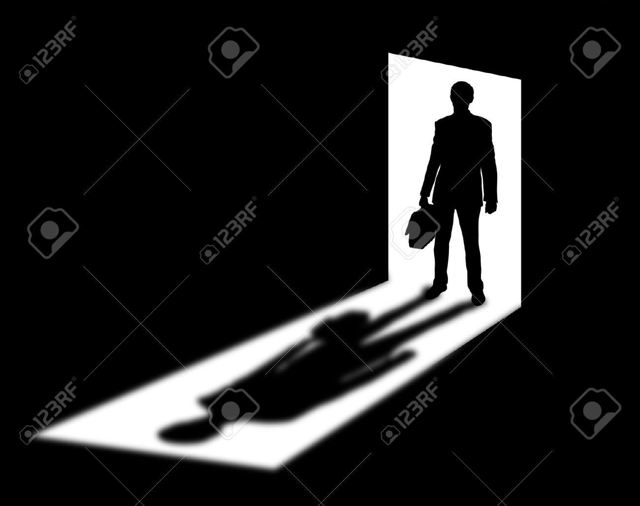 18476681-silhouette-di-uomo-d-affari-provenienti-in-porta-con-l-ombra-archivio-fotografico